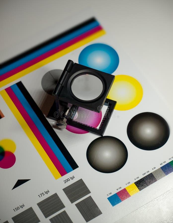 """颜色管理†""""站立在测试颜色纸的打印放大镜 图库摄影"""