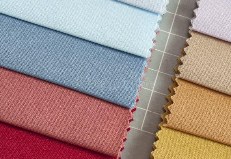 颜色织品许多 库存照片