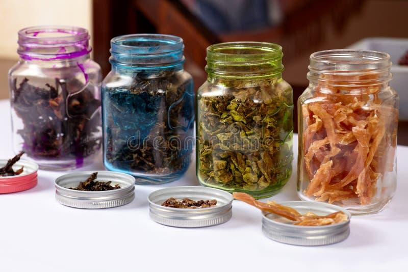 颜色罐行有一些被脱水的有机产品的 自创肉和鸡狗款待,生涩干燥的嚼 库存图片