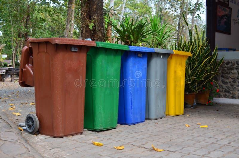 颜色自行车前轮离地平衡特技垃圾桶 库存照片