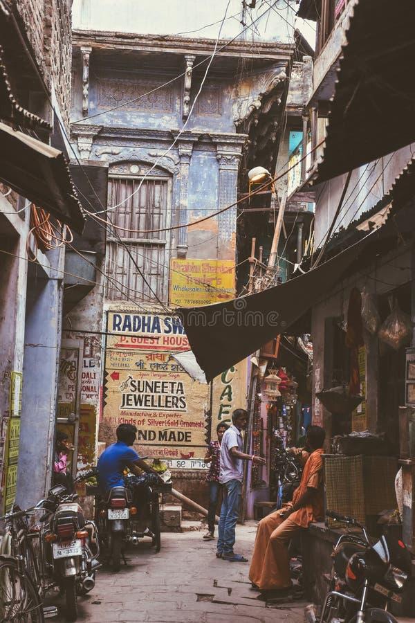 颜色街道在瓦腊纳西,印度 免版税库存图片