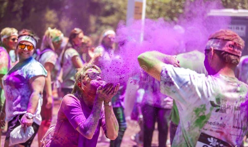 颜色赛跑者获得乐趣在颜色奔跑 免版税库存图片