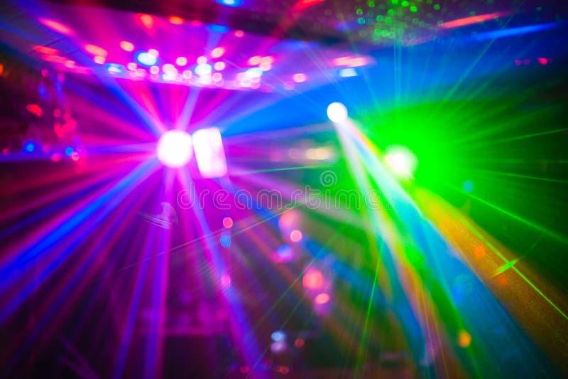 颜色迪斯科与作用的俱乐部光和激光显示 免版税库存图片