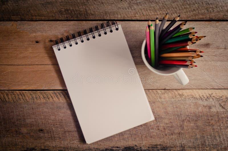 纸张包括有草图,图片,羊皮纸,标志,减少,通知单,v纸张幼儿园室内设计铅笔图片