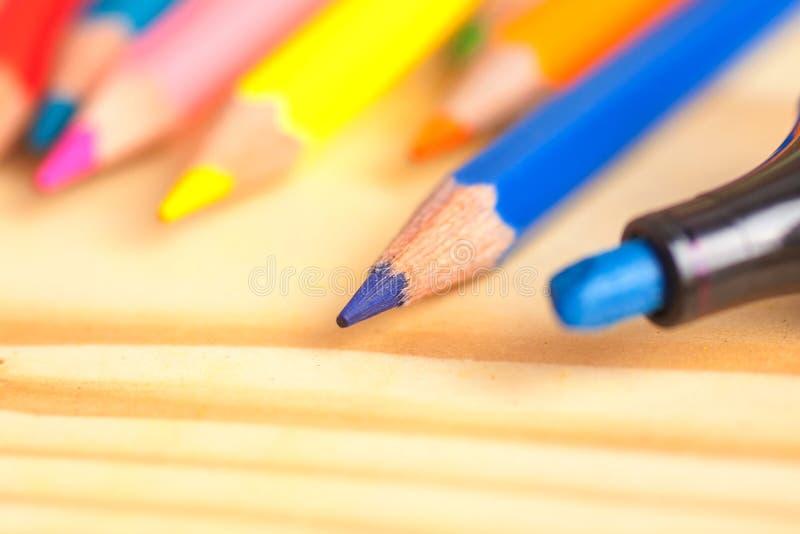 颜色铅笔和标志在木桌上 库存照片