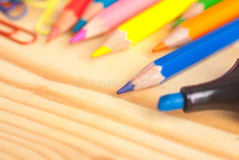颜色铅笔和标志在木桌上 免版税库存照片