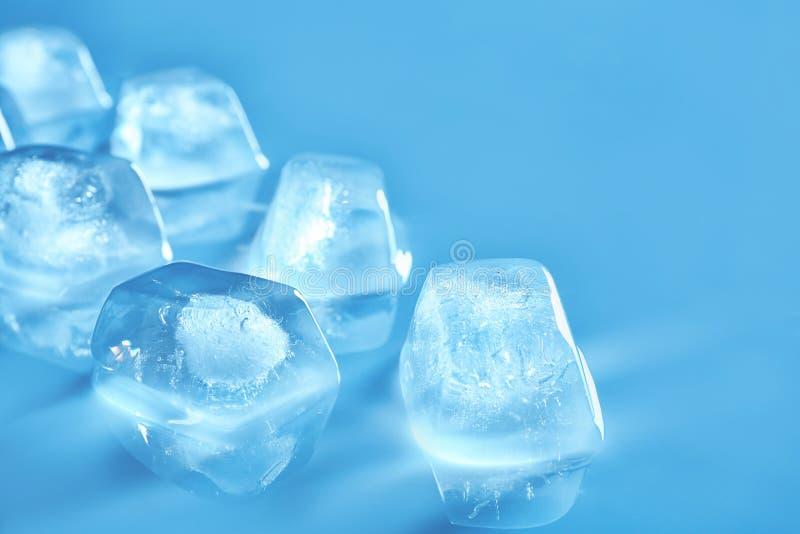 颜色镜子表面上的透明冰块 库存图片
