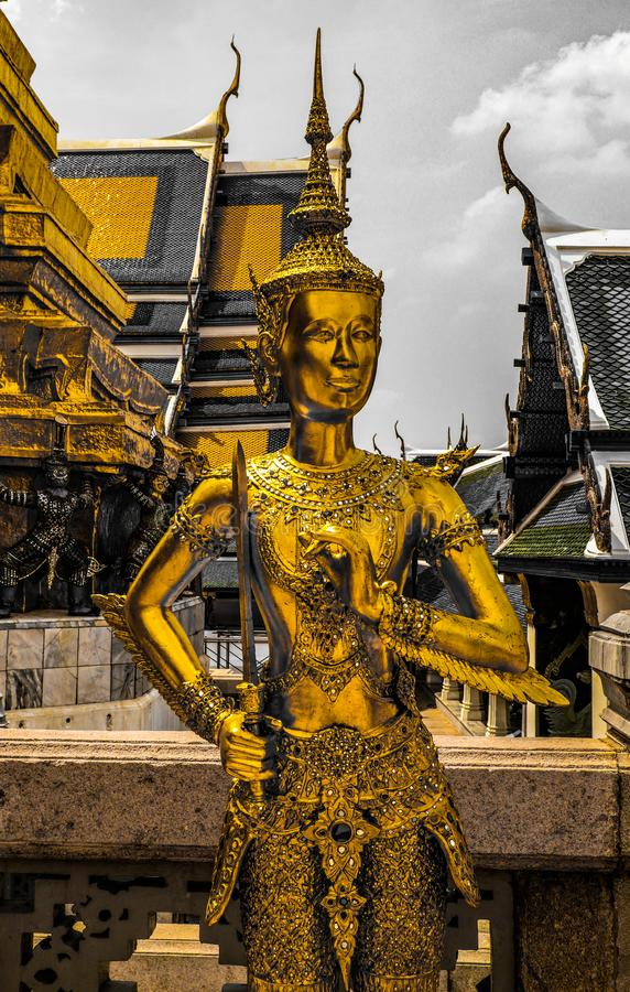 颜色黑白色的美好的关闭和鲜绿色菩萨,监护人金子曼谷玉佛寺或寺庙雕象塔和盛大palac 库存图片