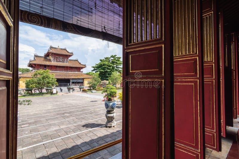 颜色,越南- 2019年6月:在传统越南寺庙的看法通过开放装饰的进口 库存图片
