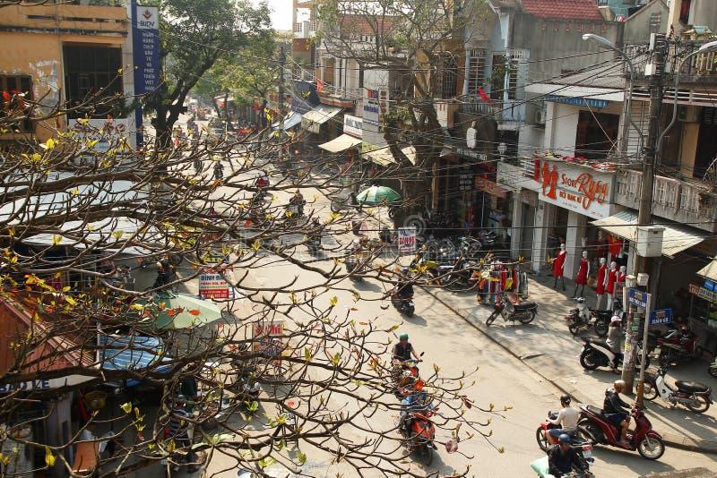 颜色,越南- 2018年2月10日:从桥梁的看法在有摩托车、商店和咖啡馆的一条街道上 库存照片