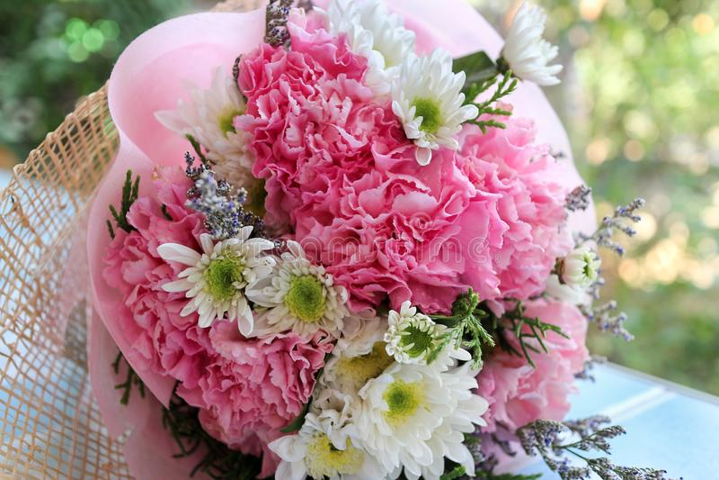 额外和礼物恋人,桃红色和白花花束的在甜淡色样式 图库摄影