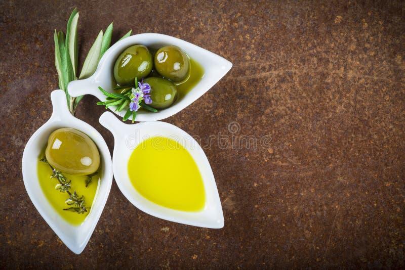 额外处女橄榄油和绿橄榄 免版税库存照片