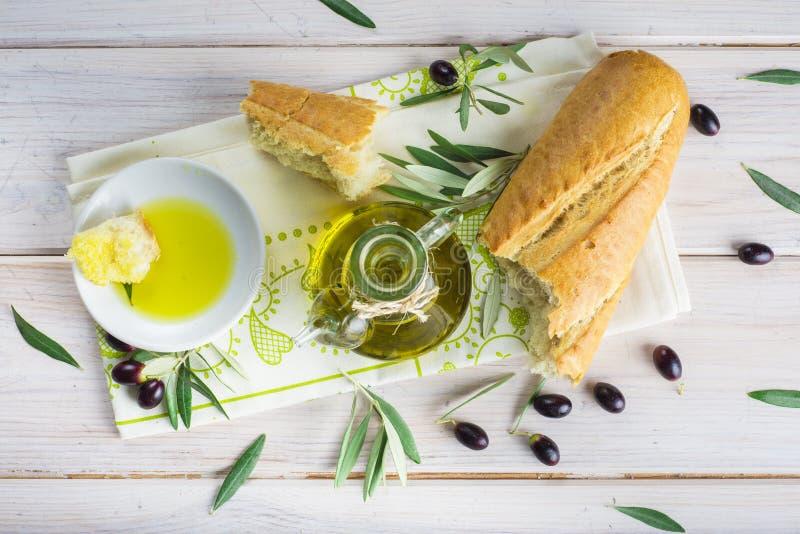 额外处女橄榄油用面包 免版税图库摄影