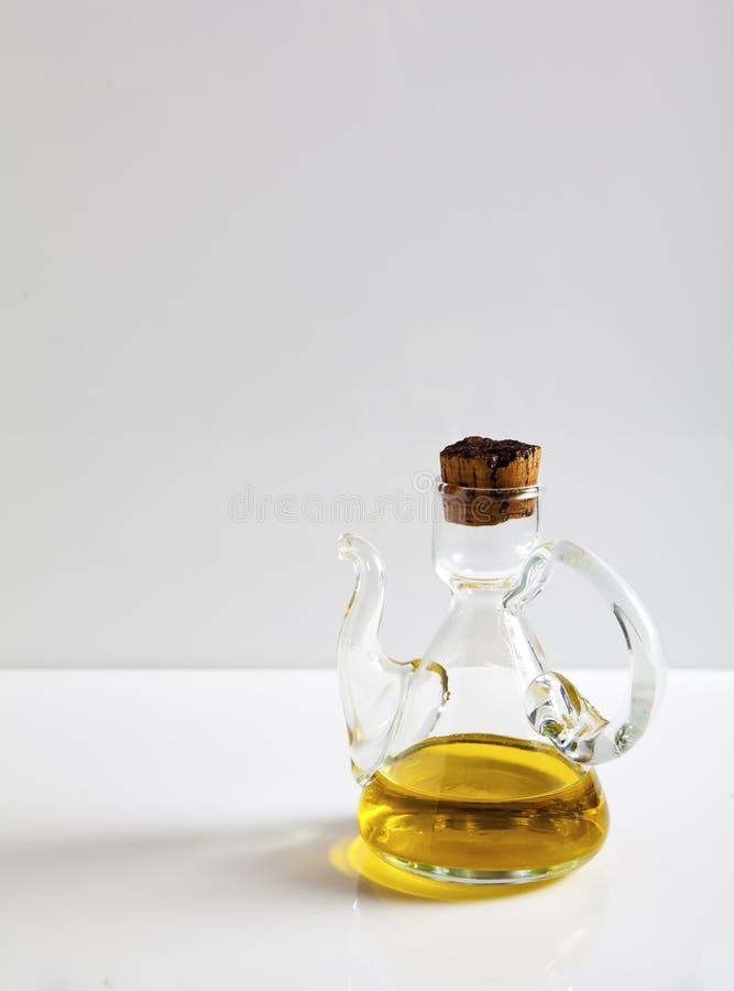 额外处女橄榄油,与橄榄油的一块玻璃在白色 库存图片