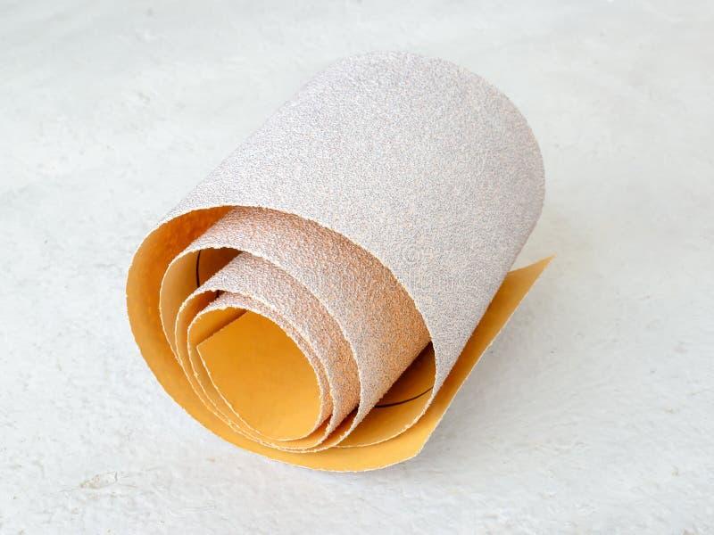 额外粗糙的氧化铝沙纸一小卷  烘干沙的砂纸 处理木头和金属,家具 库存图片