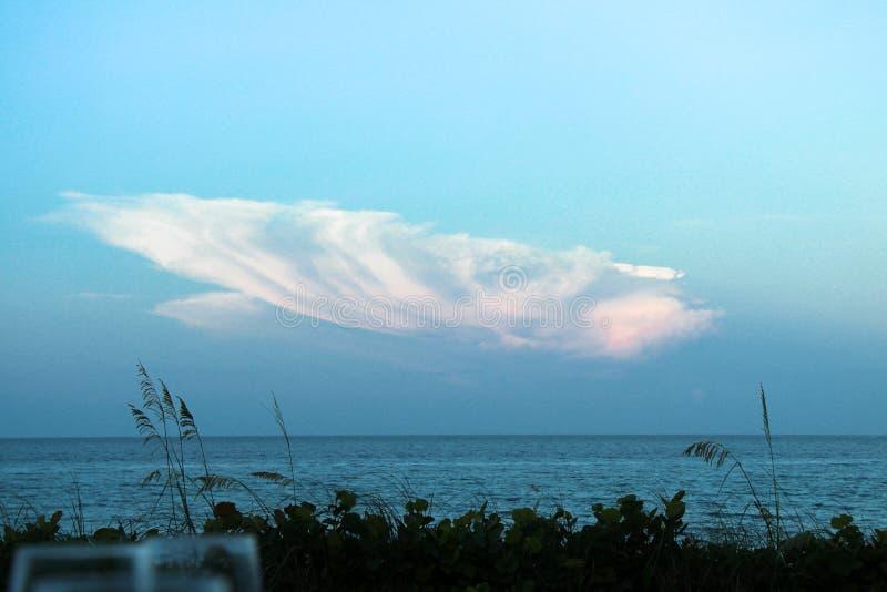 颠倒的壳云彩 库存图片
