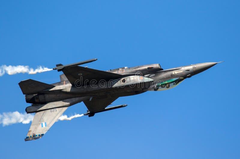 颠倒F-16战斗机平面飞行 免版税库存图片