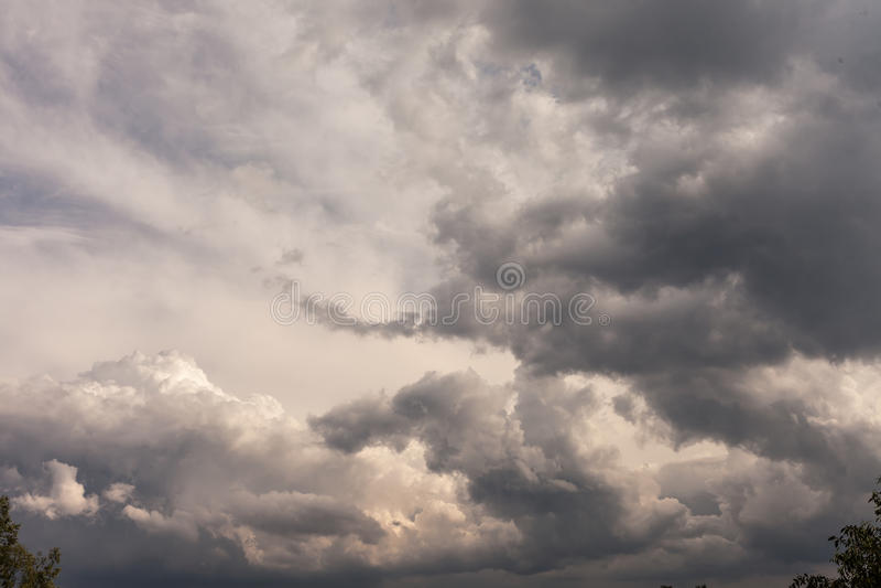 暴风云背景在雷暴前的 免版税库存图片