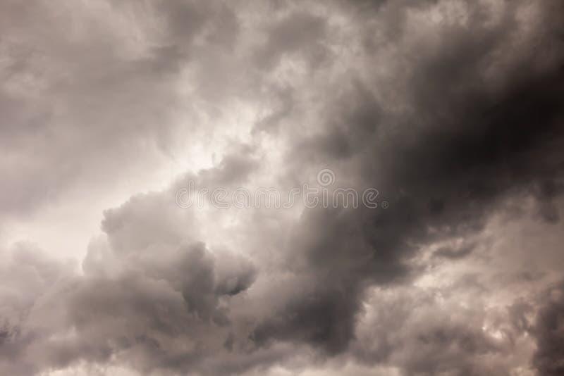 暴风云背景在雷暴前的 库存照片