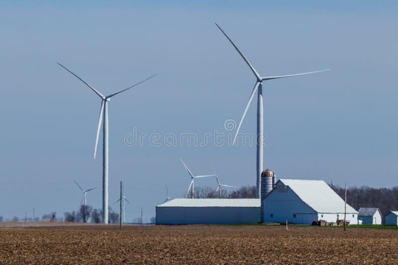 风力场在中央印第安纳 风和太阳绿色能量地区变得非常普遍在农业社我 库存照片