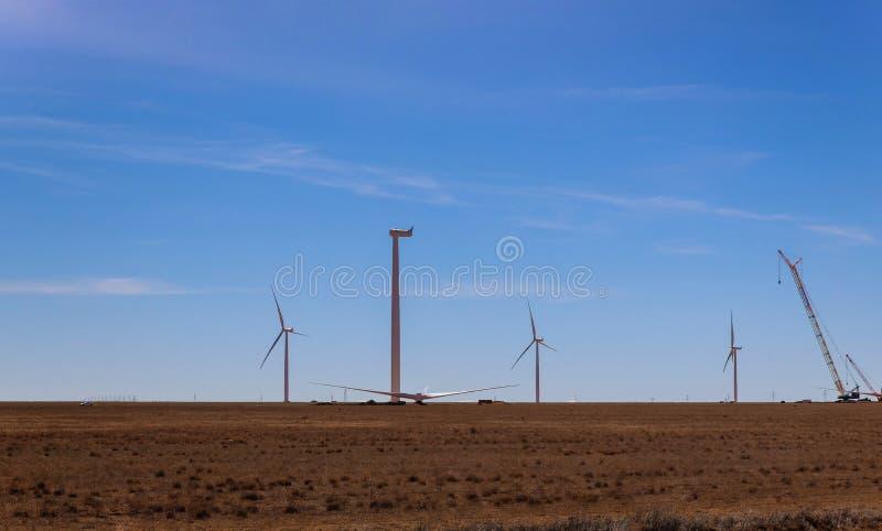 风力场新的风车建筑大厦在风力驻地的安装了 免版税库存图片