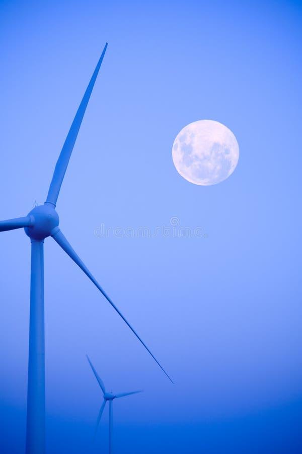 风力场钨和满月 库存图片