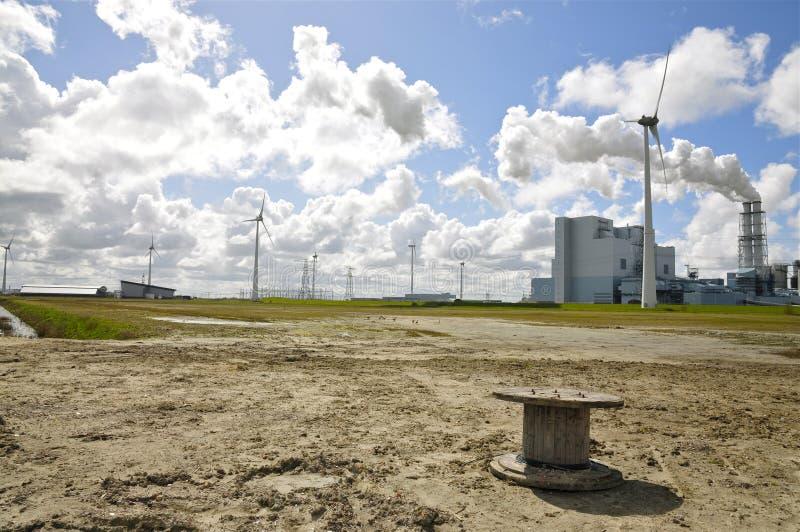 风力的发电器和大矿物燃料能源厂 库存图片