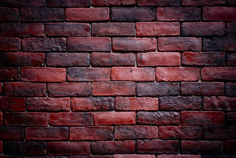 风化被弄脏的老黑褐色和红砖墙壁背景纹理  免版税库存照片