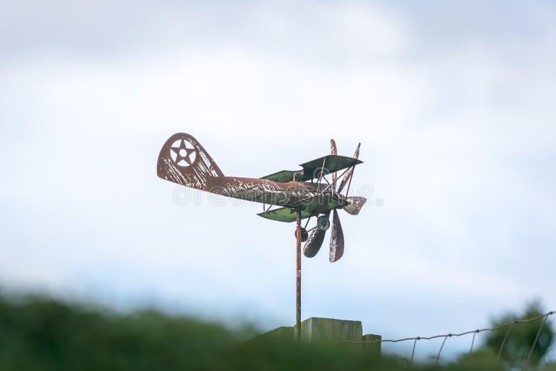 风向以一架老生锈的双翼飞机的形式,在一个边看法,当推进器不移动 免版税库存图片