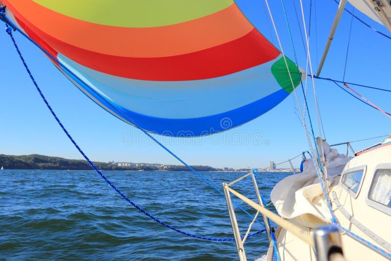 风填装了五颜六色的大三角帆风帆 库存图片
