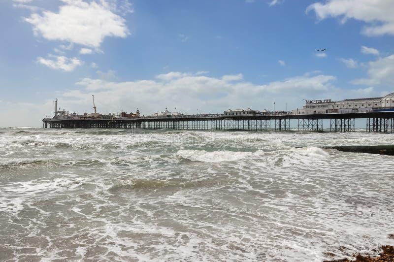 风大浪急的海面和布赖顿码头看法在英国 库存照片
