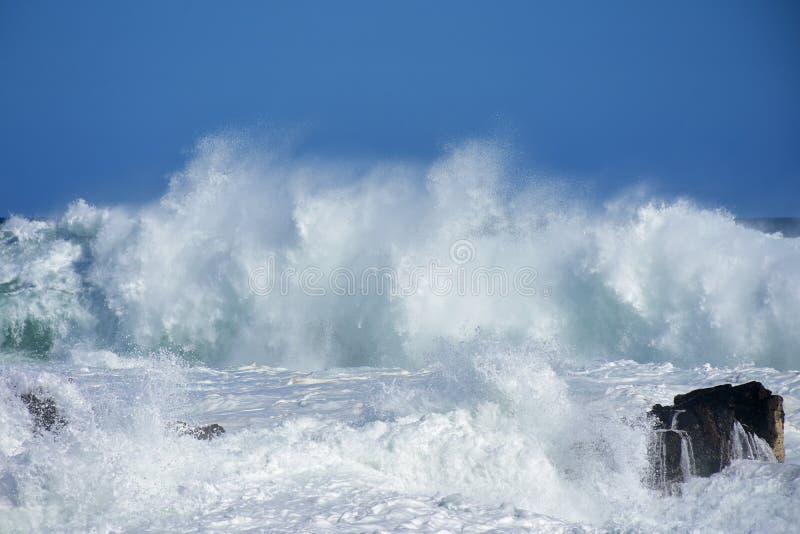 风大浪急的海面&高波浪, Storm& x27; s河, Tsitsikamma,南非 免版税库存图片