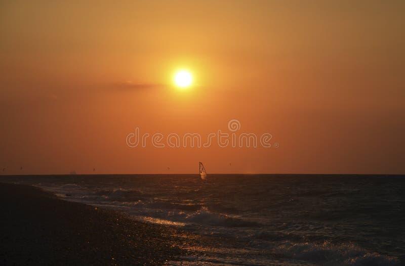 风帆冲浪在日落 库存照片