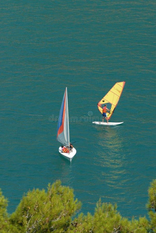 风帆冲浪在有人的意大利海 库存图片