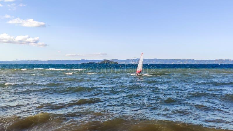 风帆冲浪在Bolsena湖 免版税库存照片