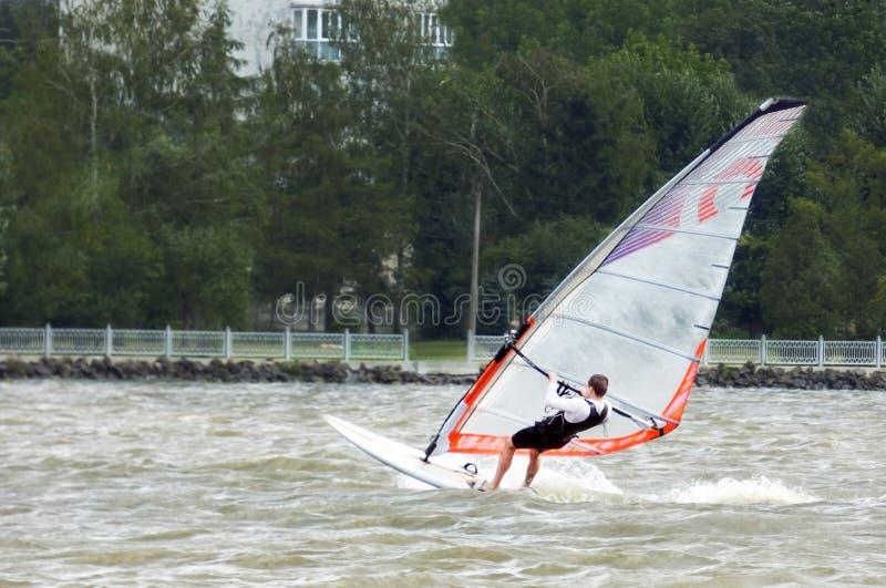 风帆冲浪海上有一阵强风的 免版税图库摄影