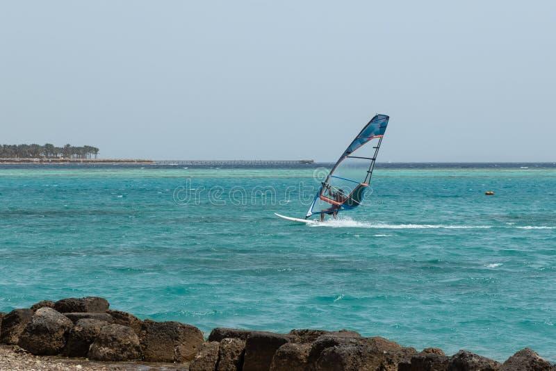 风帆冲浪的风帆冲浪者年轻人风帆冲浪 免版税库存照片