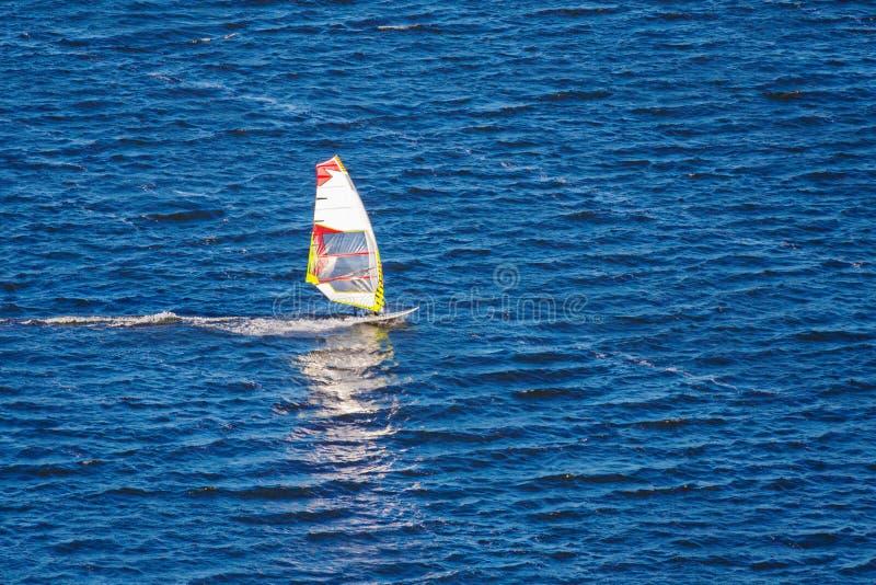 风帆冲浪者在海 免版税库存图片