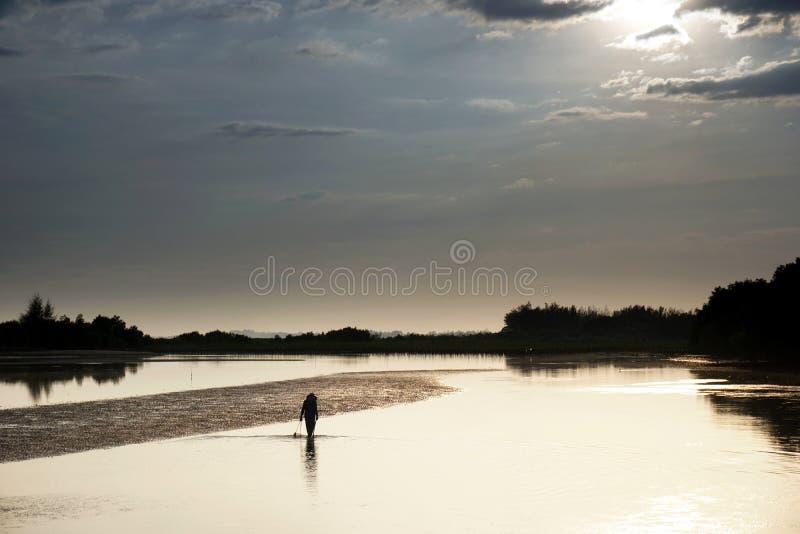 风平浪静和阳光 渔夫在海 免版税库存图片