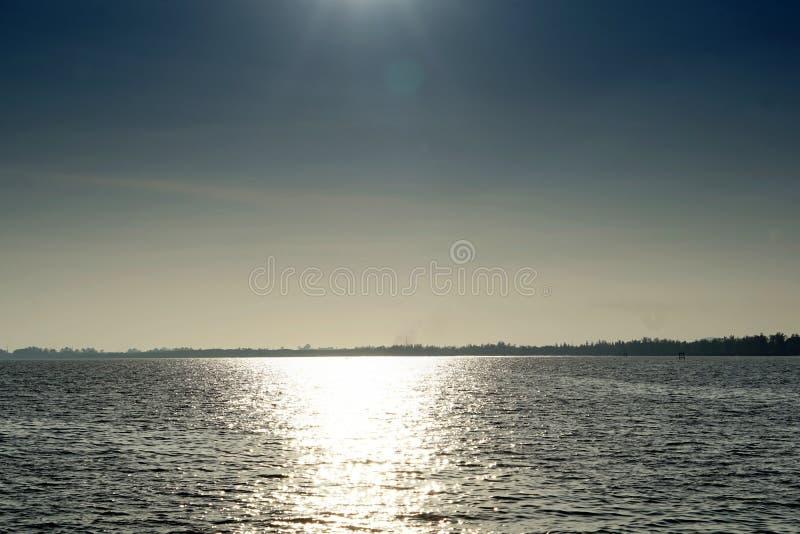 风平浪静和阳光 库存照片