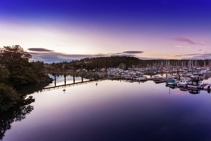 风平浪静在星期五港口小游艇船坞 库存图片