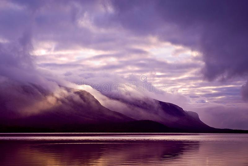 风景。山和湖薄雾的在早晨与紫色col 免版税库存照片