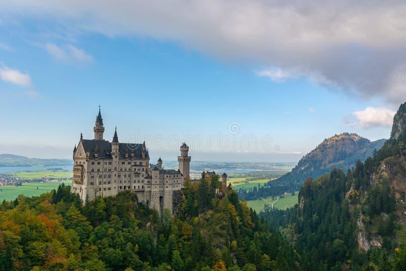 风景与后边有些湖和山的新天鹅堡城堡 库存照片