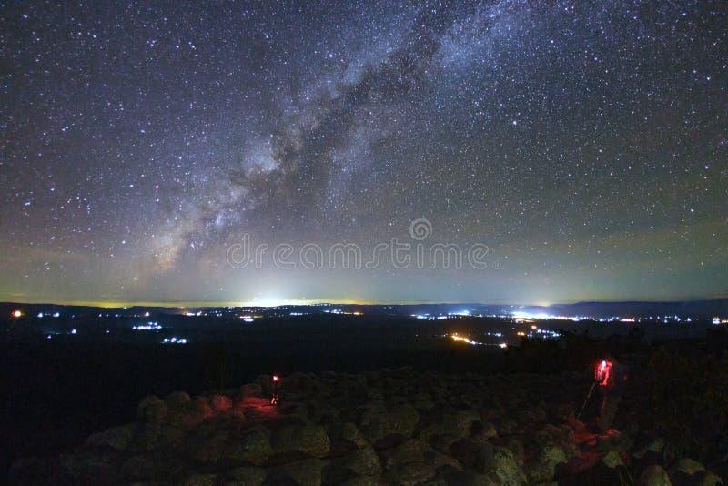 风景与瘤石头地面的银河星系是名字Lan喂 库存照片