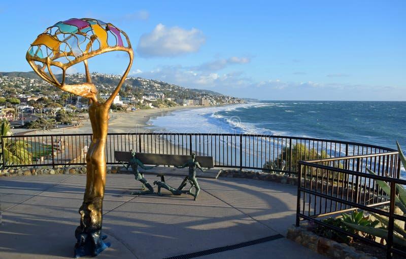 风景与艺术workin海斯勒公园,拉古纳海滩,加利福尼亚的走道观看的区域 免版税图库摄影