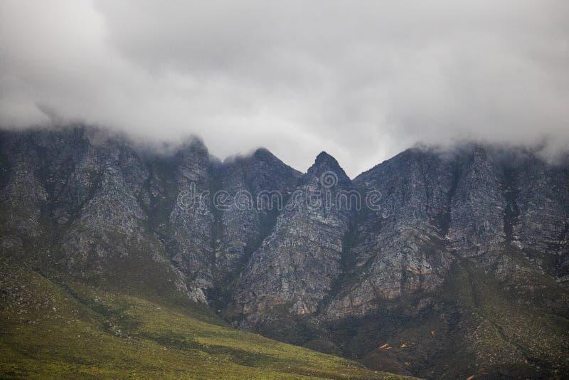 风景克拉伦斯推进山,在哥顿` s海湾和Rooiels之间在西开普省,南非 库存图片