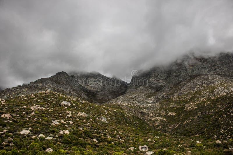 风景克拉伦斯推进山,在哥顿` s海湾和Rooiels之间在西开普省,南非 免版税库存照片