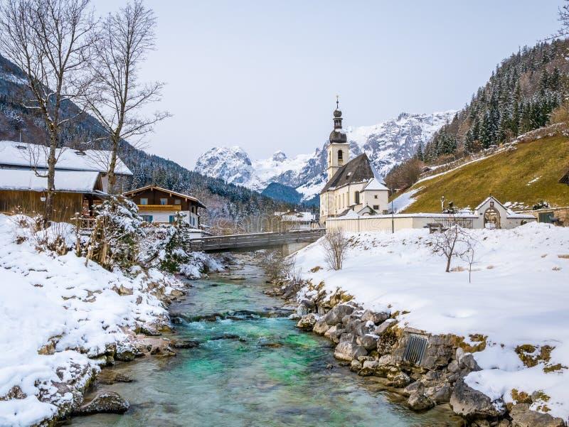 风景冬天风景全景在有圣Sebastian著名教区教堂的巴法力亚阿尔卑斯在Ramsau村庄  免版税图库摄影