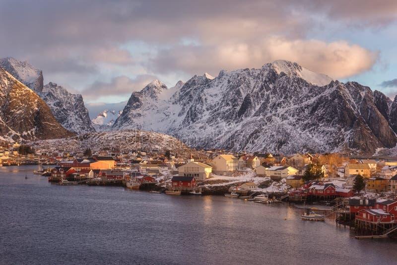 风景冬天风景,日出的雷讷渔村,罗弗敦群岛海岛,挪威北部 库存照片