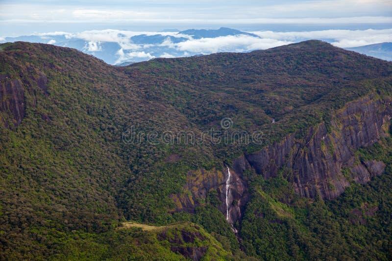 风景和惊人的瀑布在亚当的高峰斯里兰卡 免版税库存照片